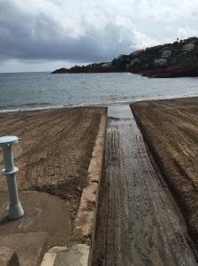 Plage préparée pour l'hiver : le lit du torrent est dégagé sur la plage.